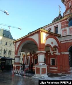 У церкви Василия Блаженного - отдельный вход