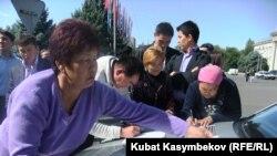 Нариман Түлеевдин талапкерлери атайын баракчаларга кол коюшуп, БШКга тапшырууну чечишти, 22-сентябрь 2011-жыл.