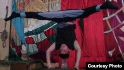 Эстрада-цирк колледжінің студенті Жұмат Жанмырзаев трюк жасап жатыр. (Сурет жеке архивінен алынды).