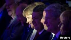 Канцлер ФРГ Ангела Меркель в окружении социал-демократов: слева от нее - Мартин Шульц, справа - Зигмар Габриэль