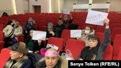 Граждане, требующие пересмотра неправосудных, по их мнению, судебных актов, в офисе партии «Нур Отан» объявили голодовку. Нур-Султан, 10 февраля 2020 года.