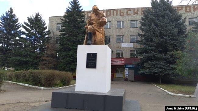 Памятник в Подлесном, который жители ремонтировали за свой счет