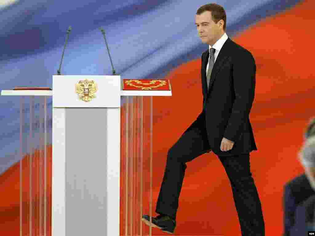 مه: انتخاب دیمیتری مدودیف به ریاست جمهوری روسیه و حضور او در مراسم سوگند در کرملین، مسکو