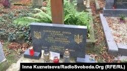 Могила, де до кінця 2016 року були поховані Олександр Олесь та його дружина Віра Кандиба. Подружжя планують перепоховати у Києві
