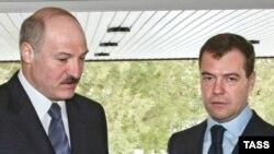 President Dmitry Medvedev (R) with his Belarusian counterpart Alyaksandr Lukashenka