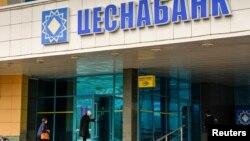 Люди у входа в отделение «Цеснабанка», второго по величине активов коммерческого банка, контролируемого семьей Адильбека Джаксыбекова, бывшего руководителя администрации президента Казахстана. Астана, 12 сентября 2018 года.