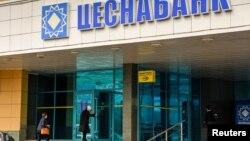 """""""Цеснабанктің"""" Астанадағы кеңсесіне кіріп бара жатқан адамдар. Көрнекі сурет"""