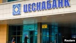 Люди у входа в здание филиала «Цеснабанка». Астана, 12 сентября 2018 года.