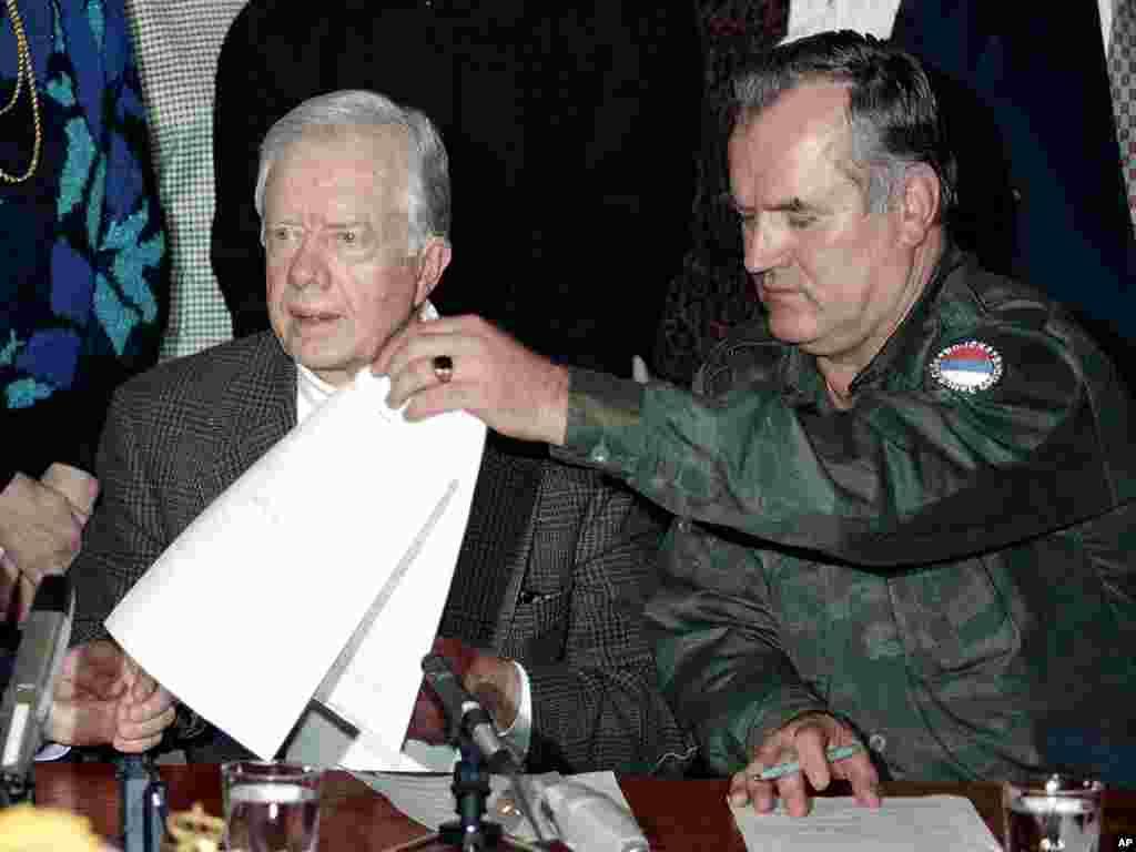 Бывший президент США Джимми Картер и Ратко Младич подписывают декларацию о прекращении огня на 4 месяца, Пале, 19 декабря 1994