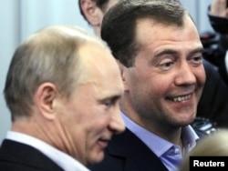 """Premijer Vladimir Putin i predsednik Dmitrij Medvedev u izbornom štabu """"Jedinstvene Rusije"""" u nedelju"""