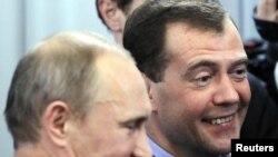 Ռուսաստան – Վարչապետ Վլադիմիր Պուտինը (ձախից) եւ նախագահ Դմիտրի Մեդվեդեւը ժամանում են «Եդինայա Ռոսիայի» կենտրոնական գրասենյակ ընտրատեղամասերի փակումից հետո, 4-ը դեկտեմբերի, 2011թ.