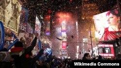 Во Њујорк, стотици илјадници луѓе се собраа на Тајмс Сквер.