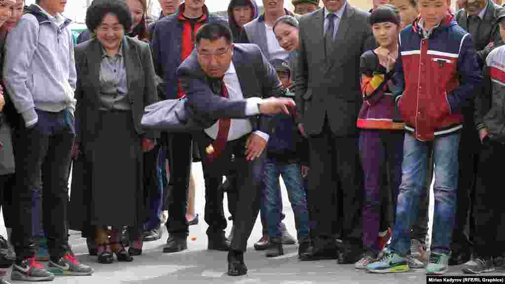 Фестивалді Қырғызстан үкіметінің Нарын облысындағы өкілі Аманбай Кайыпов ашты.