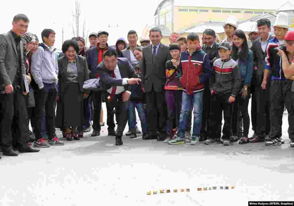 Өкмөттүн Нарын облусундагы өкүлү Аманбай Кайыпов өзү чүкө атуу менен фестивалды ачып берди.