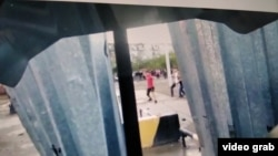 Люди бросают камни в полицейских во время волнений в Сатпаеве. Кадр любительской видеозаписи.