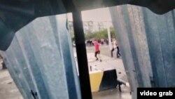 Сәтбаевтағы наразылық кезінде полицияға тас лақтырып жатқан адамдар. Әуесқой видеосынан скриншот.