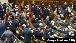 Ուկրաինա - Գերագույն ռադայի պատգամավորները Ռուսաստանի հետ բարեկամության պայմանագիրը չեղարկելու օրինագծի քվեարկությունից հետո, Կիև, 6-ը դեկտեմբերի, 2018թ․