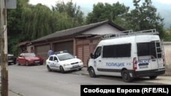 """Полицейски коли са блокирали входа на къщата на Илия Златанов в кв. """"Симеоново"""" във вторник вечерта"""