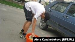 Мойка автомобилей — один из самых распространенных видов заработка для детей в летнее время.