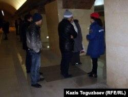 Метро платформасында поез күтіп тұрған жолаушылар. Алматы, 12 желтоқсан 2011 ж.
