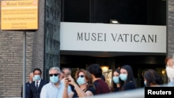Ватикан музейі алдындағы ұзын-сонар кезек. Рим, 1 маусым 2020 жыл.