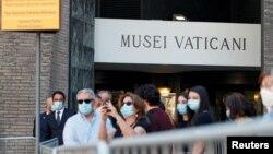 Ljudi na ulazu u vatikanski muzej, Italija