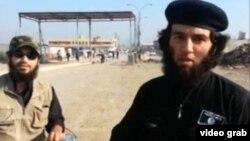 """Өзін """"Абу Умариен"""" деп таныстырған адам (оң жақта) мен оның жанындағы серігі бейнеленген видеодан скриншот."""