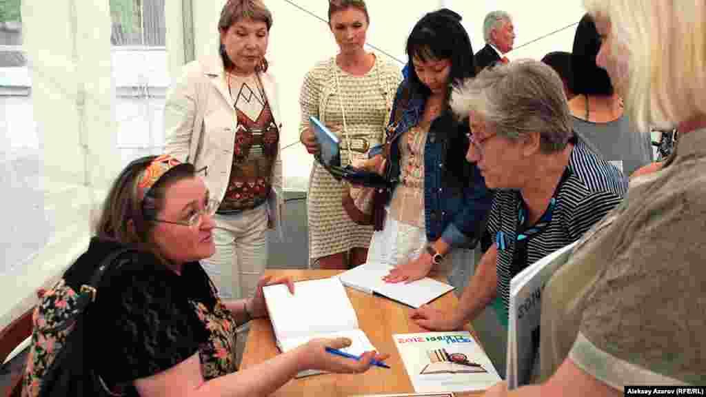 Автор Лиля Калаус (сол жақта) семинар өткізіп отыр. Алматы, 16 тамыз 2014 жыл.