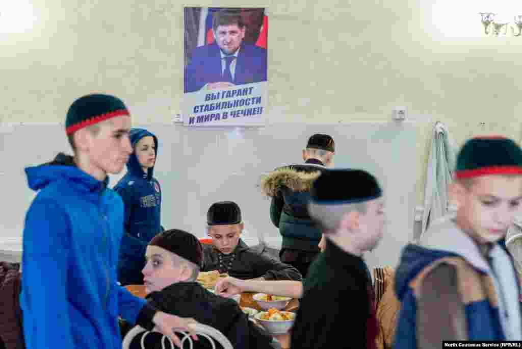 Хафиз, даже юный, пользуется большим уважением в исламском обществе, поэтому на каждое место в школе много претендентов