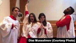 Нью-Йоркте тұратын Диаз Муссалимовтің (сол жақ шетте) достарымен бірге түскен суреті. Сурет Диаздың әлеуметтік желідегі парақшасынан алынды.