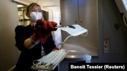 مهماندار ایرفرانس به مسافران ماسک میدهد