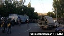Поліція блокує проспект Баграмяна в Єревані, 22 червня 2015 року