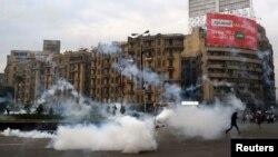 قنابل مسيلة للدموع وموالون لجماعة الأخوان المسلمين في ساحة التحرير بالقاهرة