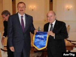 FİFA-nın prezidenti Sepp Blatter (sağda) Bakıda prezident İlham Əliyevlə (solda) görüş zamanı, 6 iyun 2011