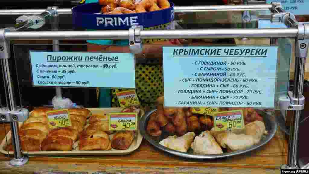 В одном из кафе на набережной предлагают пирожки и чебуреки стоимостью от 30 до 80 рублей (от 50 центов до 1,25 доллара).