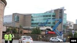 Оцепленная полицейскими территория зала Manchester Arena, где 22 мая произошел взрыв. Манчестер, 23 мая 2017 года.