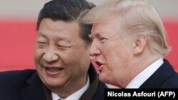 Як повідомив напередодні міністр фінансів США Стівен Мнучін, Дональд Трамп (праворуч) і Сі Цзіньпін планують зустрітися пізніше в червні, однак доти сторони не вестимуть переговорів щодо припинення торговельних війн