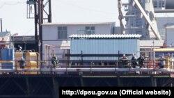 Российские военные на захваченных буровых установках Украины в Черном море