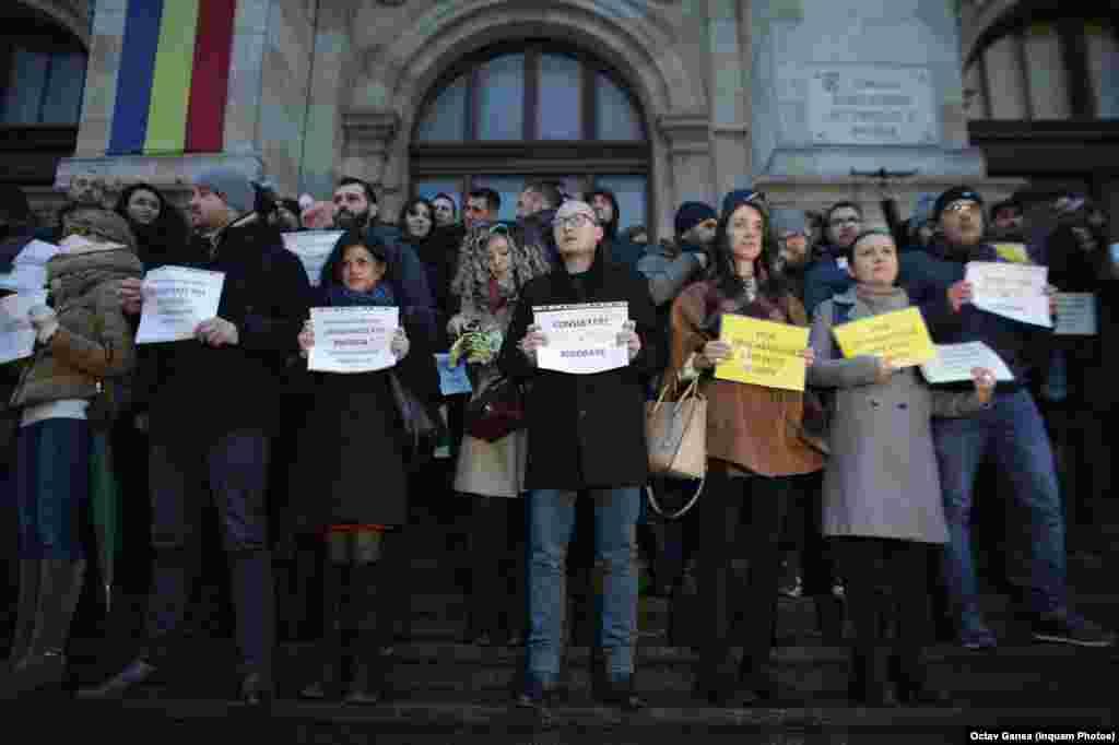 Pe Treptele Curții de Apel din București, peste 200 de tineri magistrați se solidarizează cu protestele colegilor lor de la Sibiu, Constanța, Timișoara și alte orașe