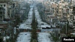 Разрушенная дорога в сирийском городе Алеппо. Иллюстративное фото.