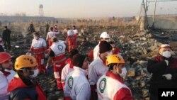 Служители на иранската авиационна служба разглеждат останки от разбилия се украински самолет