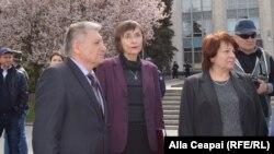 Corina Fusu (centru) la protestul profesorilor din 5 aprilie, Chișinău
