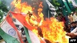 Подржувачи на илегална пакистанска партија палат индиски знамиња по обвинувањата од Индија до Пакистан за убиство на цивил во Кашмир