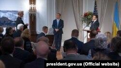 Президент України Володимир Зеленський (праворуч) під час зустрічі із представниками української діаспори у США. Нью-Йорк, 23 вересня 2019 року