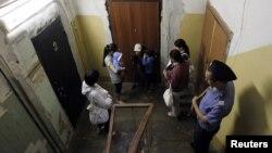 Қырғызстаннан келген мигрант әйелдерді Ресей полициясы тексеріп жатыр. Мәскеу, 7 маусым 2011 жыл.