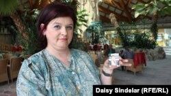Stana Čišić u ruci drži fotografiju ubijene kćerke Irine