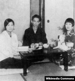 Yasunari Kawabata xanımı Hideko (solda) və bacısı Kimiko (sağda)