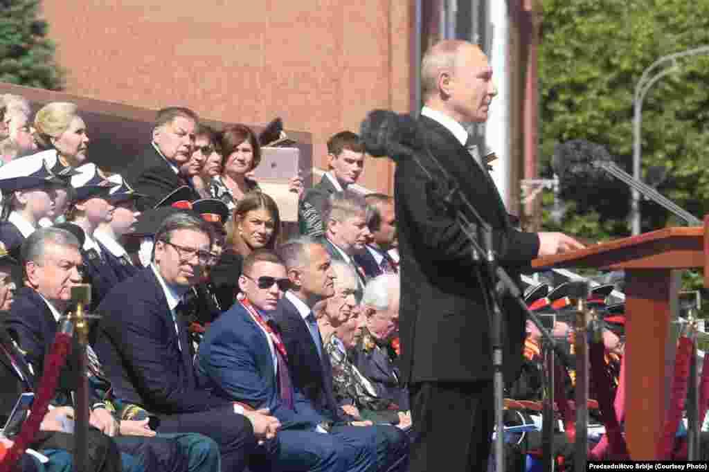 Парад в Москве продлился 1 час 15 минут.За ним наблюдал президент Владимир Путин и ветераны войны,которые перед встречей с президентом провели две недели на карантине.Сидевшие на трибуне были в подавляющем большинстве без масок.