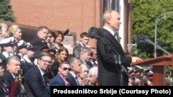 Aleksandar Vučić (levo) tokom govora ruskog predsednika Vladimira Putina na paradi u Moskvi, 24. jun