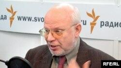Член комиссии по информационным спорам при Центризбиркоме Михаил Федотов полагает, что отсутствие независимых масс-медиа в России сыграло едва ли не ключевую роль на этих выборах